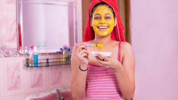 girl using turmeric for acne scars